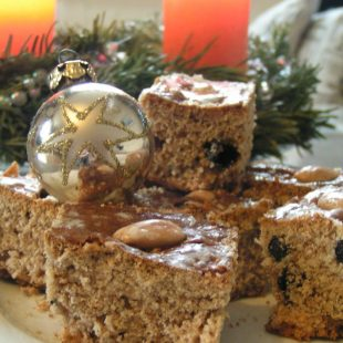 HOMEMADE GINGERBREAD WITH BLACKCURRANTS