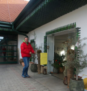Franz Schriebl opening the door of the Ribes farm shop