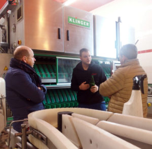 Bernhard Schriebl (Ribes) explains how the bottling works to two IBA Executive members in front of a bottling machine